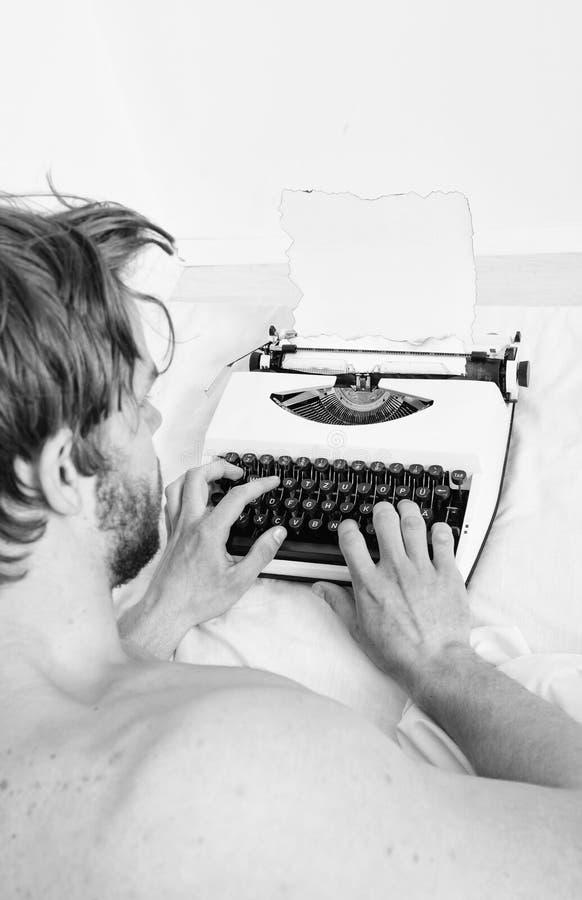 Concetto di ispirazione di mattina Il tipo crea la nuova macchina da scrivere di uso di capitolo Autore dello scrittore usato all fotografie stock libere da diritti