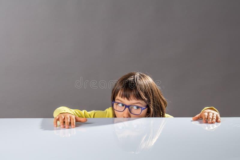 Concetto di istruzione con il piccolo bambino interessato che usando immaginazione di divertimento immagini stock