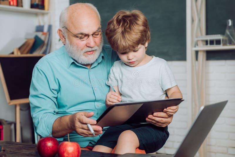 Concetto di istruzione e di apprendimento Giorno degli insegnanti Scuola elementare e istruzione L'insegnante ? in capo esperto B fotografia stock