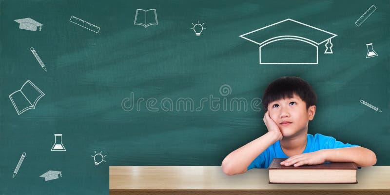 Concetto di istruzione, ragazzo che si siede con i libri immagini stock libere da diritti