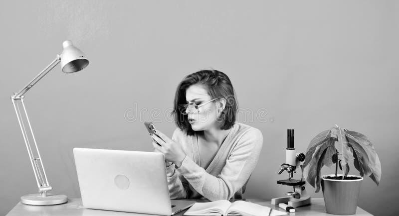 Concetto di istruzione Vita studentesca Istruzione superiore Classi remote online Leggi messaggio in arrivo Nerd girl Controllo fotografie stock