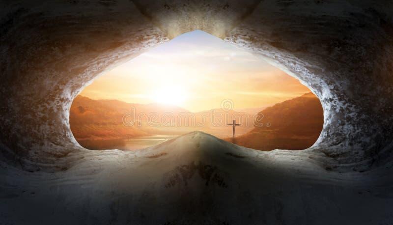 Concetto di Jesus Christ Birth Death Resurrection: Tomba vuota con crocifissione ad alba fotografie stock