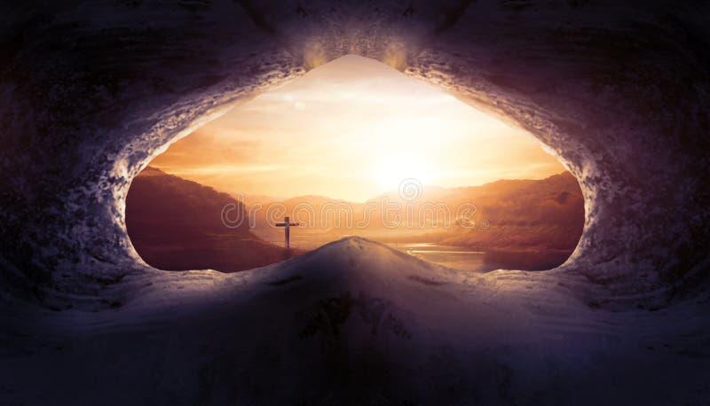 Concetto di Jesus Christ Birth Death Resurrection: Tomba vuota con crocifissione ad alba immagine stock libera da diritti