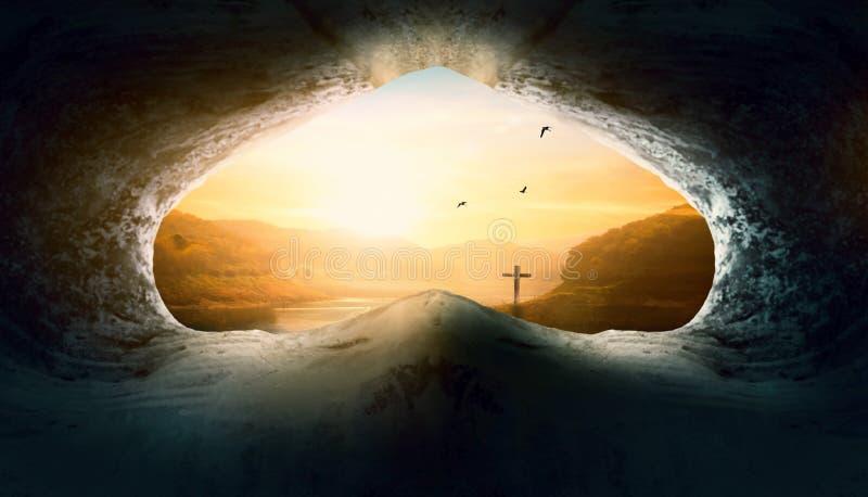 Concetto di Jesus Christ Birth Death Resurrection: Tomba vuota con crocifissione ad alba immagine stock
