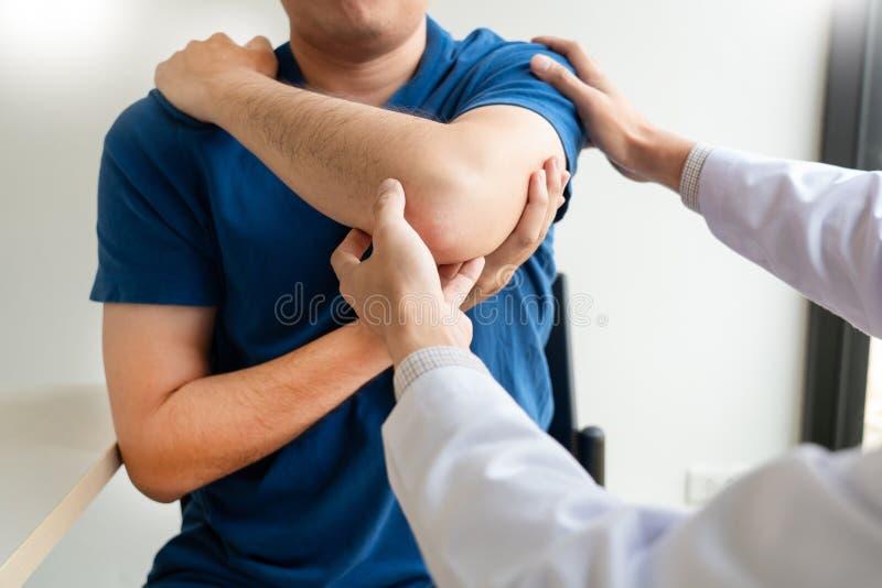Concetto di lavoro del fisioterapista, medico e sofferenza paziente o chiropratico esaminanti dal dolore della spalla in clinica  immagini stock libere da diritti