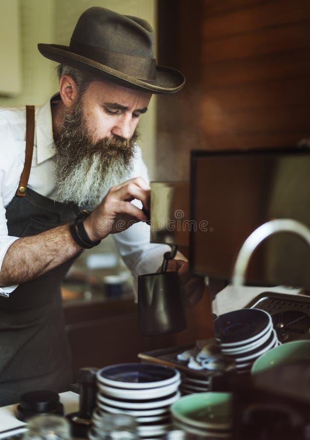 Concetto di lavoro della giovane impresa di Pouring Coffee Cafe di barista immagini stock libere da diritti