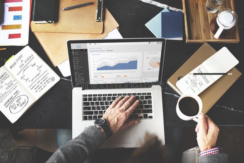 Concetto di lavoro di Internet di analisi del computer portatile del grafico di affari fotografia stock