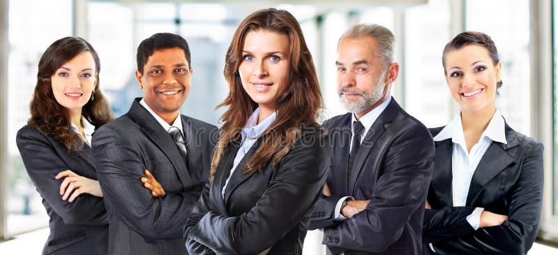 Concetto di lavoro di squadra ed associazione con un gruppo di persona di affari immagine stock libera da diritti
