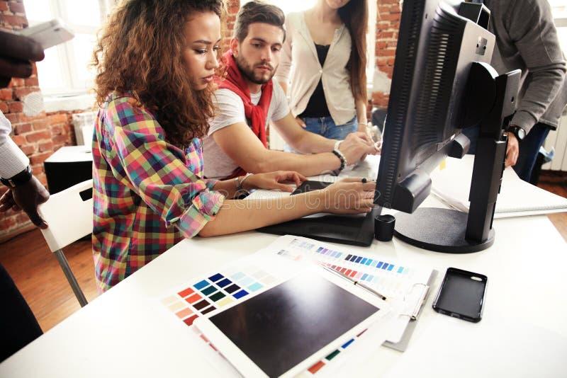 Concetto di lavoro di squadra Giovani colleghe creativi che lavorano con il nuovo progetto startup in ufficio moderno Il gruppo d fotografia stock