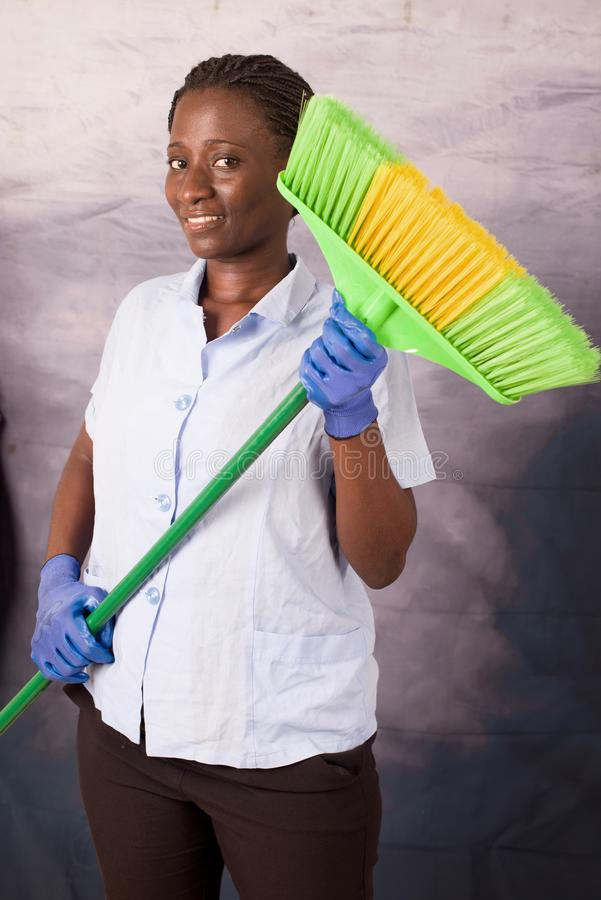 Concetto di lavoro domestico Governante che tiene una scopa fotografia stock libera da diritti