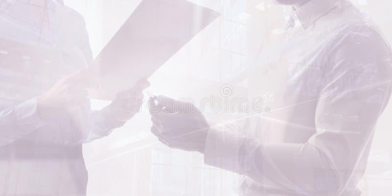 Concetto di lavoro di squadra, gruppo di affari che lavora insieme, doppia esposizione immagine stock