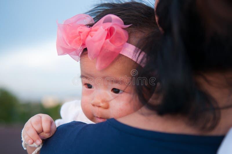 Concetto di legame di giorno di madre con professione d'infermiera del neonato La madre sta tenendo il neonato con la fascia di r fotografia stock
