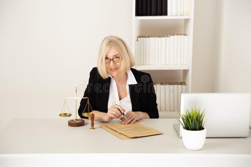 Concetto di LEGGE Donna nel funzionamento di vetro con la carta autenticata fotografia stock libera da diritti