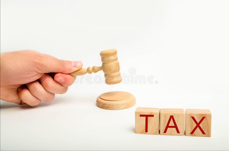 Concetto di legge fiscale con un martelletto sentenze della Corte di imposta mano del ` s del giudice e l'iscrizione immagine stock