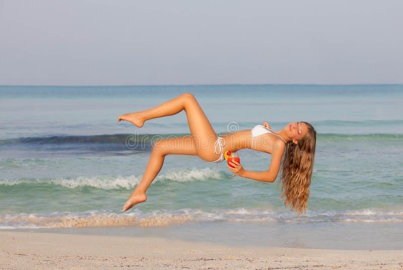Concetto di levitazione di viaggio, donna che si rilassa sul summe fotografia stock