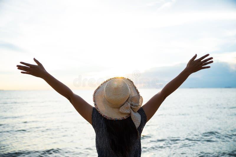 Concetto di libertà della gente Giovane donna che si rilassa nel tramonto di estate fotografia stock libera da diritti
