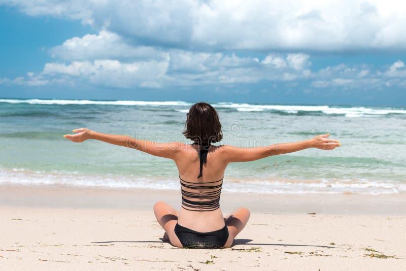 Concetto di libert donna di felicit e di libert sulla for Disegni di casa sulla spiaggia tropicale
