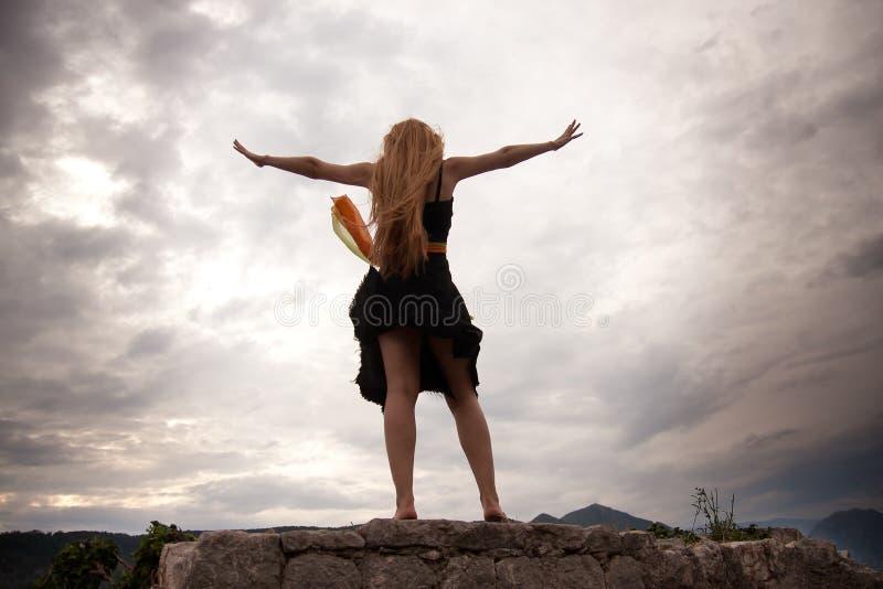 Concetto di libertà - donna sul picco di montagna fotografia stock libera da diritti