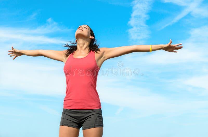 Donna libera felice su estate immagini stock libere da diritti