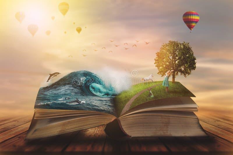 concetto di libro magico aperto; pagine aperte con oceano e terra e bambino piccolo Fantasia, natura o concetto di apprendimento, fotografia stock libera da diritti