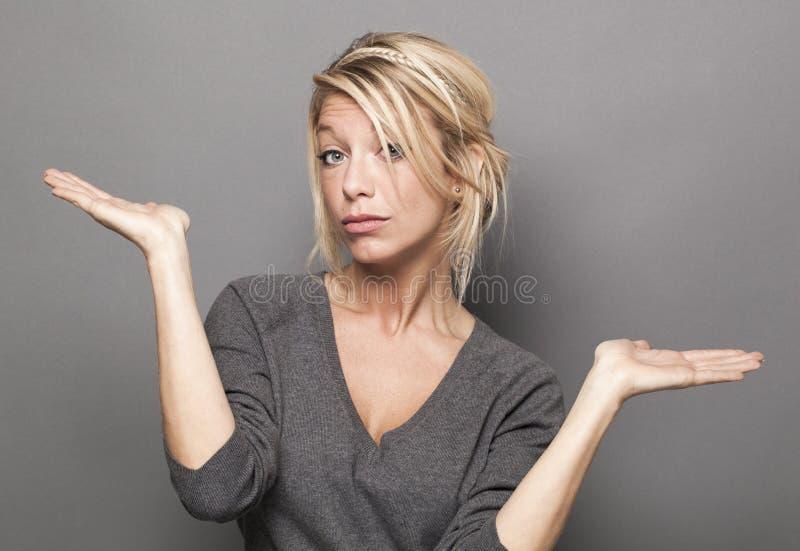 Concetto di linguaggio del corpo per la donna bionda dubbia 20s fotografie stock