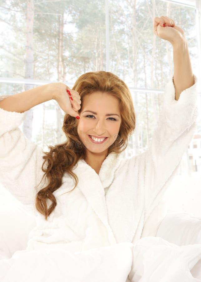 Concetto di mattina: giovane donna attraente nel letto fotografie stock