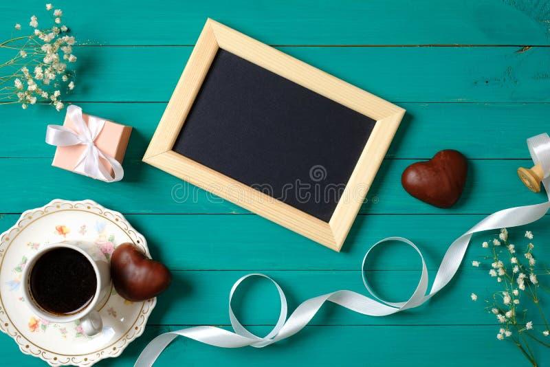 Concetto di mattina di nozze Struttura in bianco della foto, cioccolato in forma di cuore, contenitore di regalo, nastro, tazza d fotografia stock