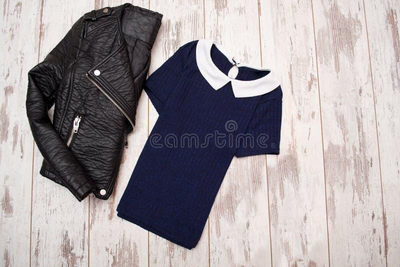 Concetto di modo Bomber nero e una camicia blu con un impiegatizio Vista superiore fotografia stock