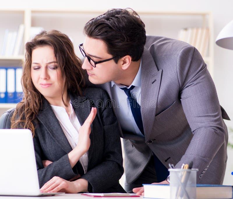 Concetto di molestia sessuale con l'uomo e la donna in ufficio fotografia stock