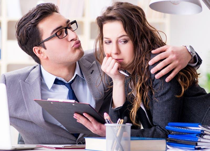 Concetto di molestia sessuale con l'uomo e la donna in ufficio immagini stock