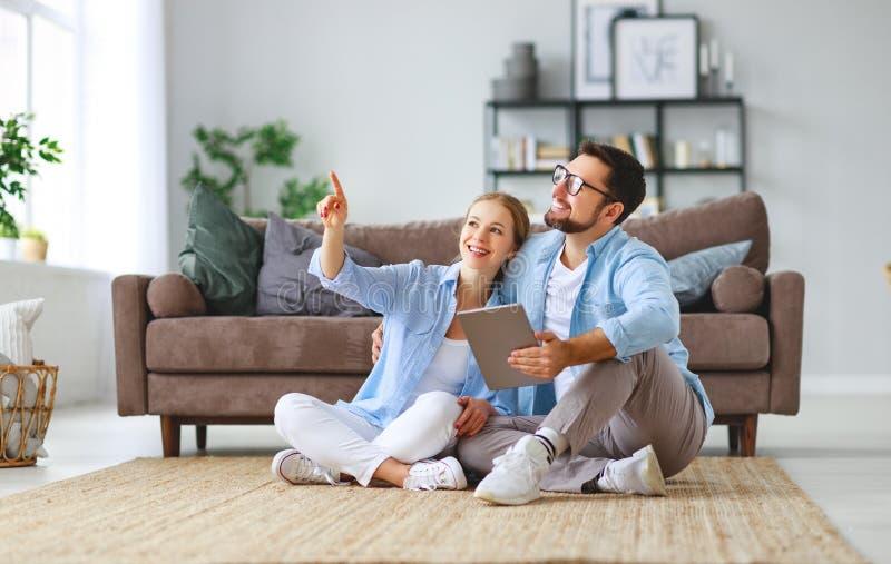 Concetto di muoversi, casa d'acquisto piani della coppia sposata per riparare e proiettare appartamento fotografie stock libere da diritti