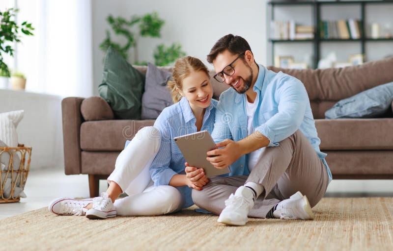 Concetto di muoversi, casa d'acquisto piani della coppia sposata per riparare e proiettare appartamento fotografia stock libera da diritti