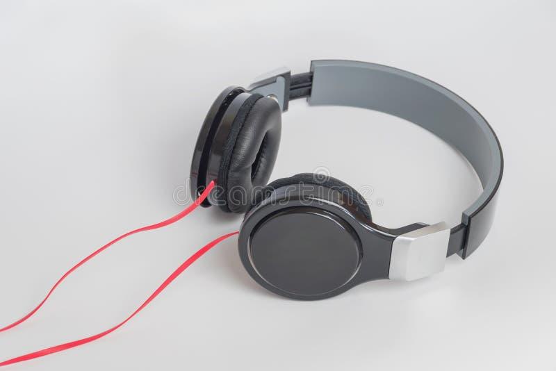 Concetto di musica - cuffie su fondo bianco fotografie stock