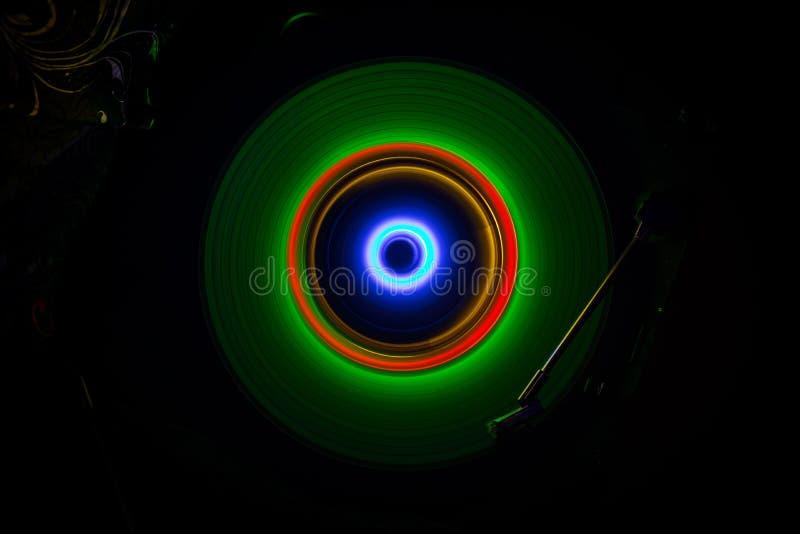 Concetto di musica Vinile d'ardore di Freezelight su fondo scuro o piattaforma girevole che gioca vinile con le linee astratte d' fotografia stock