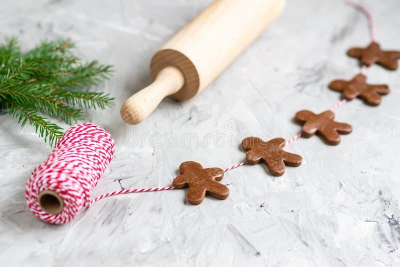 Concetto di Natale della pasta del brunch dell'albero di abete di Garland Gingerbread Man Red Yarn fotografia stock libera da diritti