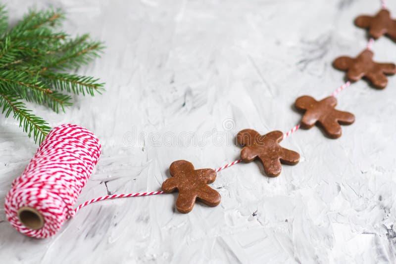 Concetto di Natale della pasta del brunch dell'albero di abete di Garland Gingerbread Man Red Yarn fotografia stock