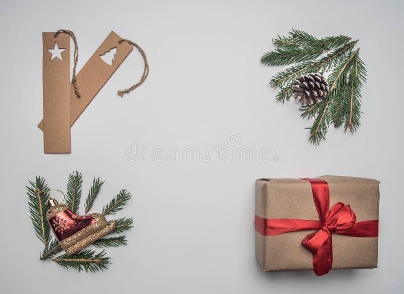 Concetto di Natale o del nuovo anno di spostamento di regalo, carta, buste, rami dell'albero di Natale, su un fondo bianco, posto fotografia stock libera da diritti