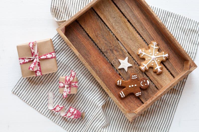 Concetto di Natale - scatola di legno con i biscotti su fondo bianco fotografie stock libere da diritti