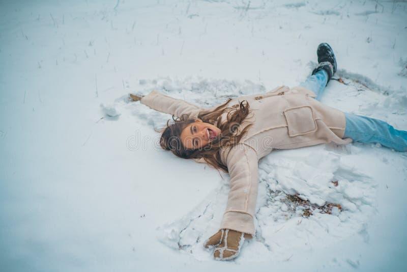 Concetto di nevicata di modo di bellezza di inverno Godere dell'orario invernale della natura Bella ragazza in neve Umore di inve immagini stock libere da diritti
