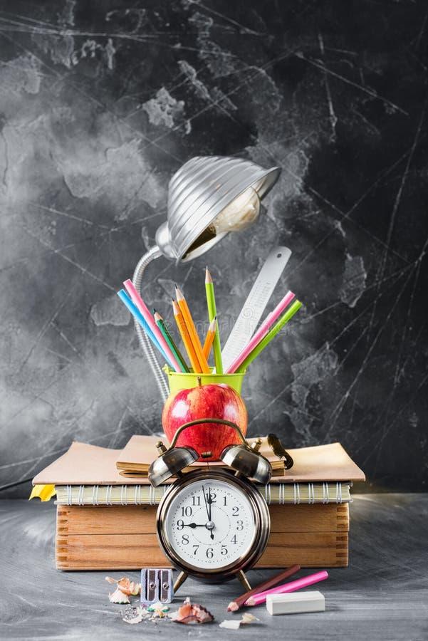 Concetto di nuovo alla matita Apple del gesso dell'orologio della scuola immagini stock libere da diritti