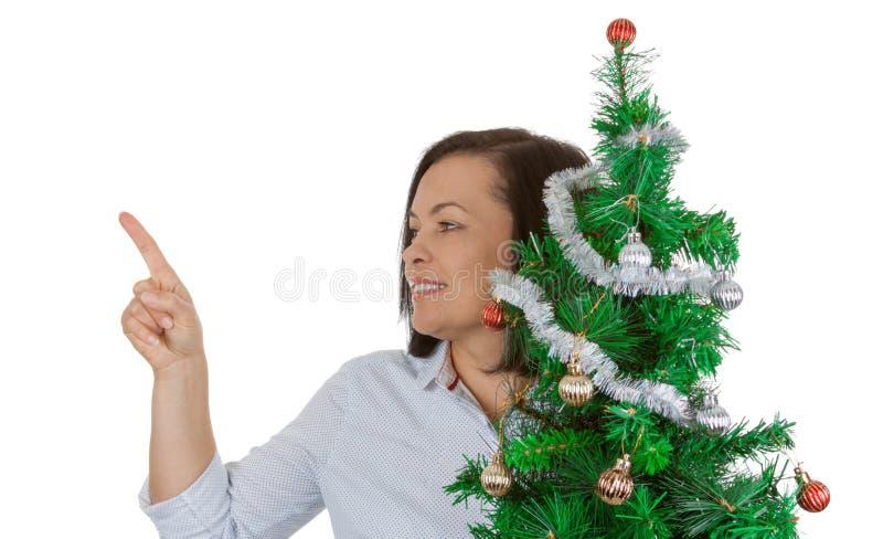Concetto di nuovo anno La bella tenuta della donna ha decorato l'albero di Natale fotografia stock