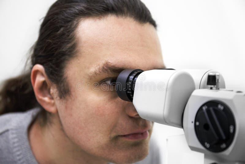 Concetto di optometria Aggiusti il sistema diagnostico di vista delle prove del paziente dall'attrezzatura dell'oftalmologia in c immagine stock