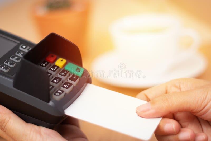 Concetto di pagamento con carta di credito derisione della carta di credito dell'inserzione della mano del primo piano su con la  immagine stock libera da diritti