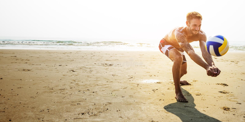 Concetto di pallavolo di vacanza di vacanza estiva della spiaggia dell'uomo immagini stock libere da diritti