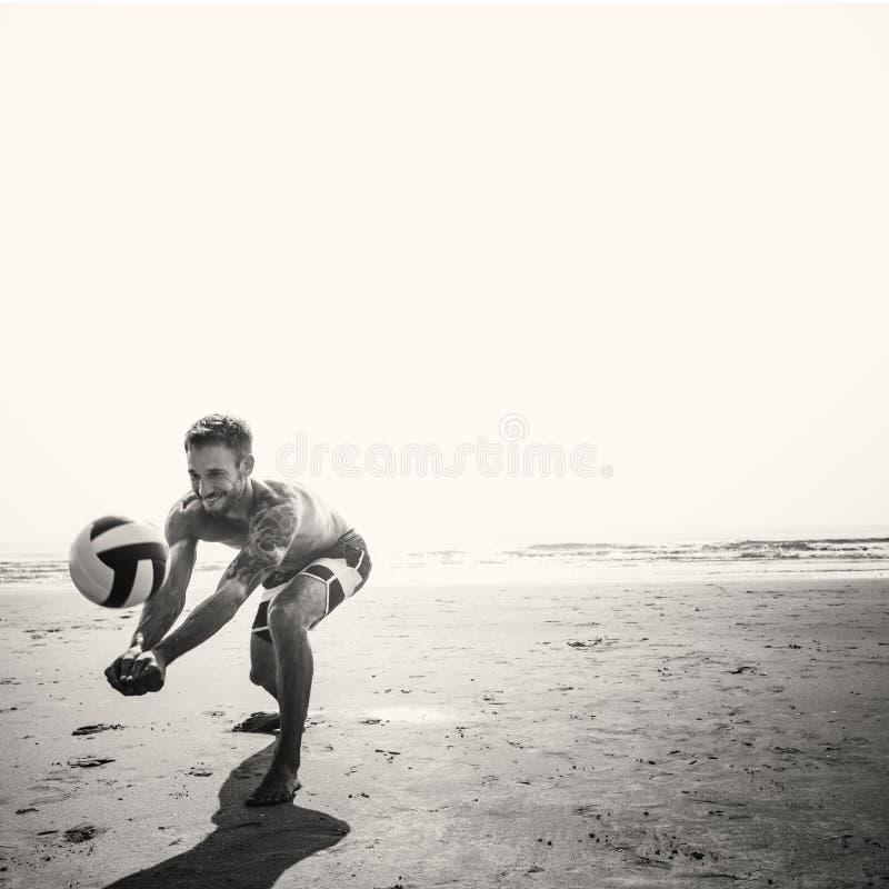 Concetto di pallavolo di vacanza di vacanza estiva della spiaggia dell'uomo immagine stock libera da diritti