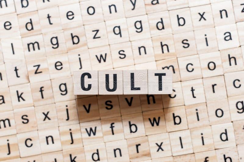 Concetto di parola di culto sui cubi fotografia stock