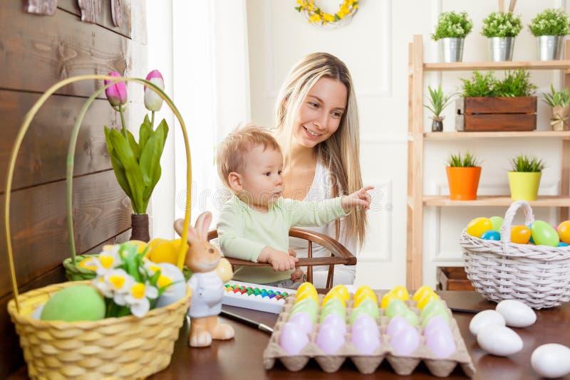 Concetto di Pasqua Madre felice e suo il bambino sveglio che si preparano per Pasqua immagine stock libera da diritti