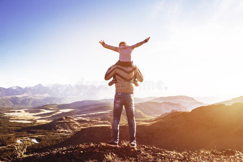 Concetto di paternità di viaggio di divertimento delle montagne del figlio del padre fotografia stock libera da diritti