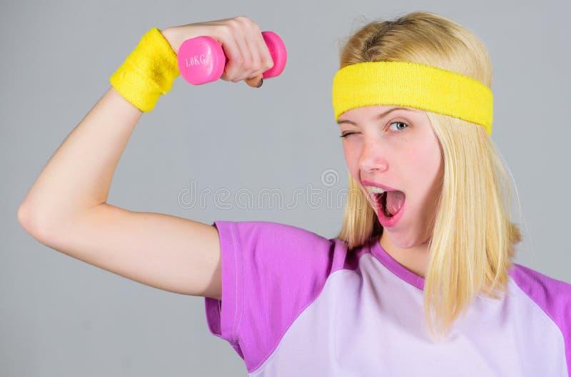 Concetto di perdita di peso Allenamento della donna in palestra con l'attrezzatura di sport Risultato di allenamento Vettura di f fotografie stock libere da diritti