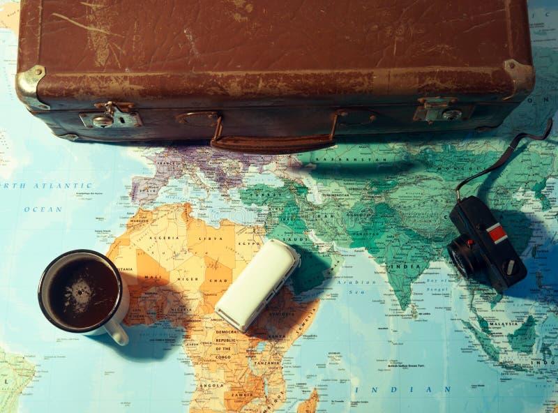 Concetto di pianificazione di viaggio con la tazza e la valigia di caffè fotografie stock libere da diritti